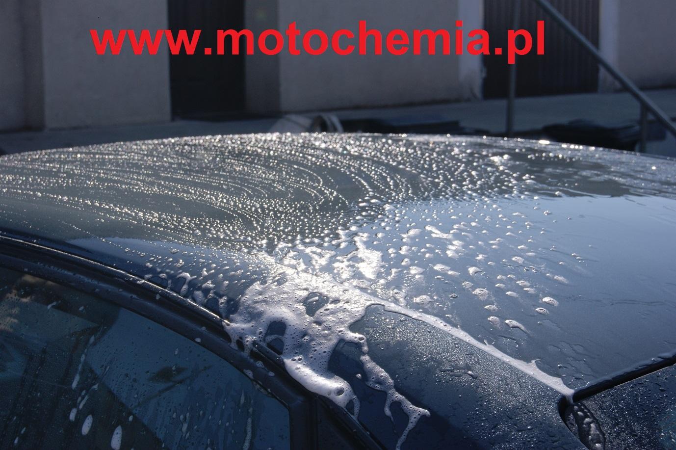 Mycie dachu w samochodzie szamponem